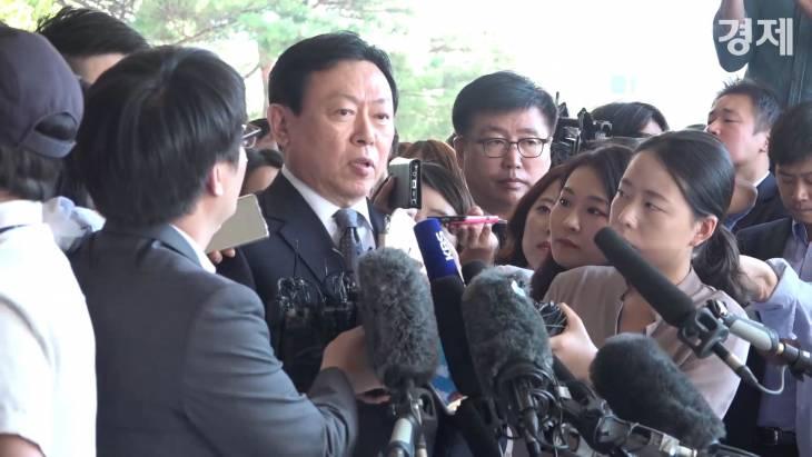 [현장 영상취재] 신동빈 회장 검찰 출석, 시민이 던진 종이 뭉치에 봉변당하기도