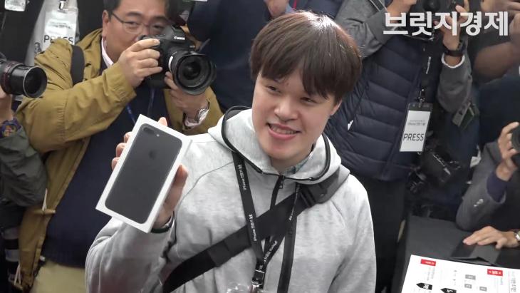 `3박 4일` 기다려 KT 아이폰7 1호로 개통한 `근성의 주인공` 누구?
