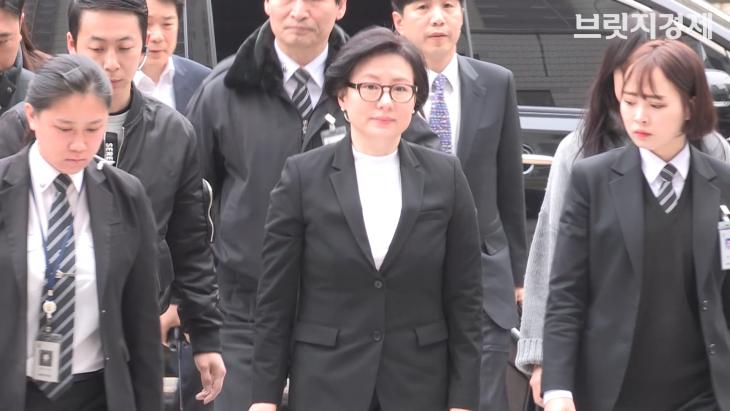 36년 만에 모습 드러낸 신격호 셋째 부인 서미경…옅은 미소 띠며 법원 출석