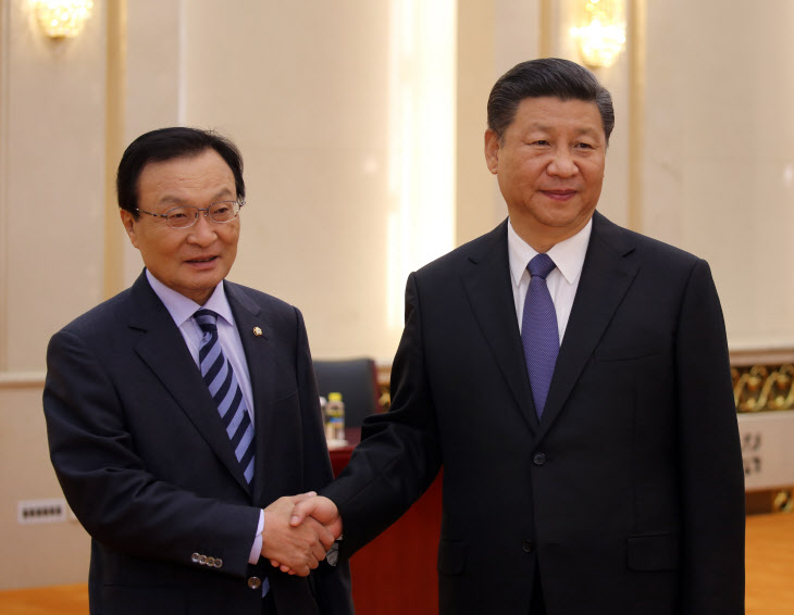 시진핑 주석과 악수하는 이해찬 특사<YONHAP NO-3854>