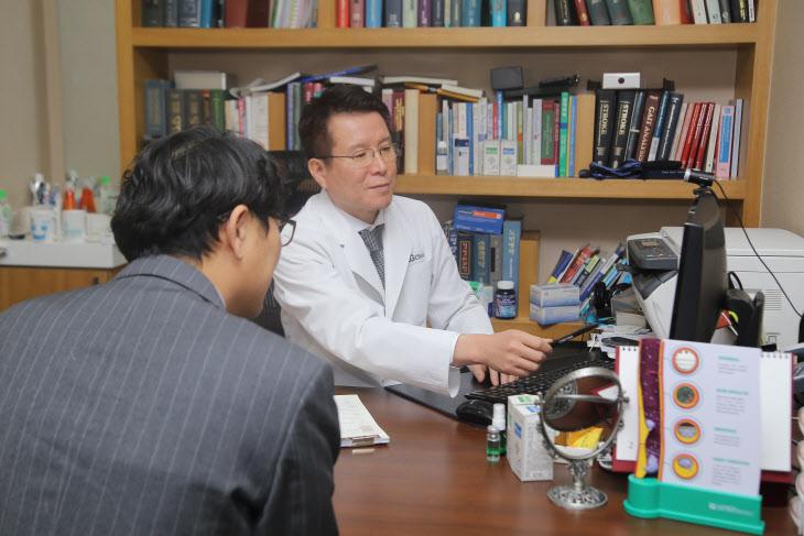 권용욱 에이지클리닉 원장 성장호르몬치료 진료