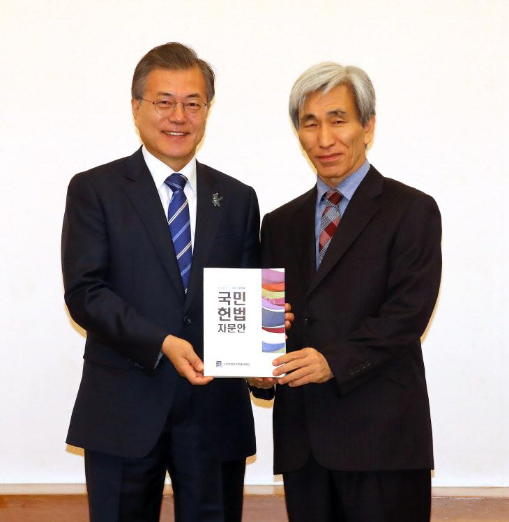 국민헌법자문특위 자문안 전달받은 문 대통령