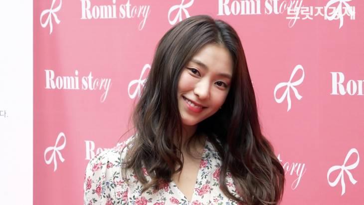 [브릿지영상] 前 씨스타 멤버 보라 팬사인회, 화사한 꽃무늬 원피스로 돋보인 `러블리 미소`