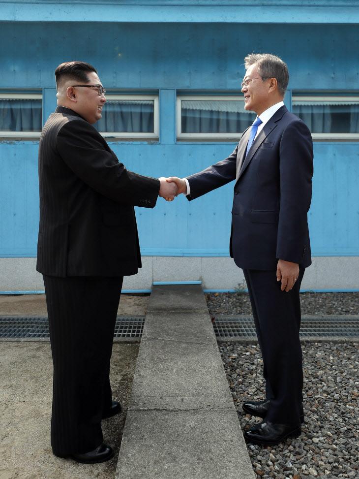 악수하는 문재인 대통령과 김정은 국무위원장의 모습