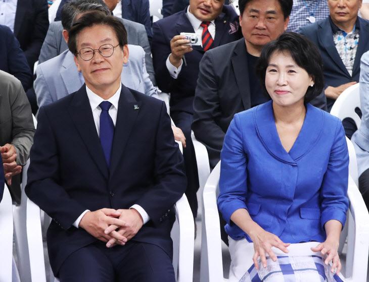 미소 짓는 이재명-김혜경