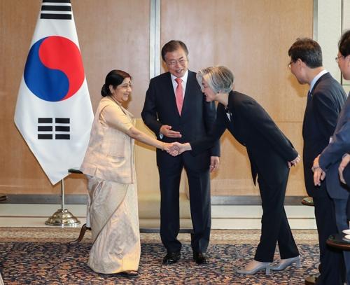 강경화외교장관소개하는문대통령