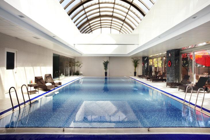 노보텔 강남 개방형 돔 천정을 자랑하는 수영장