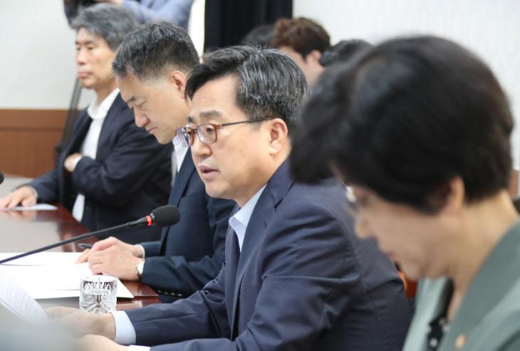 긴급현안간담회서 발언하는 김동연 부총리
