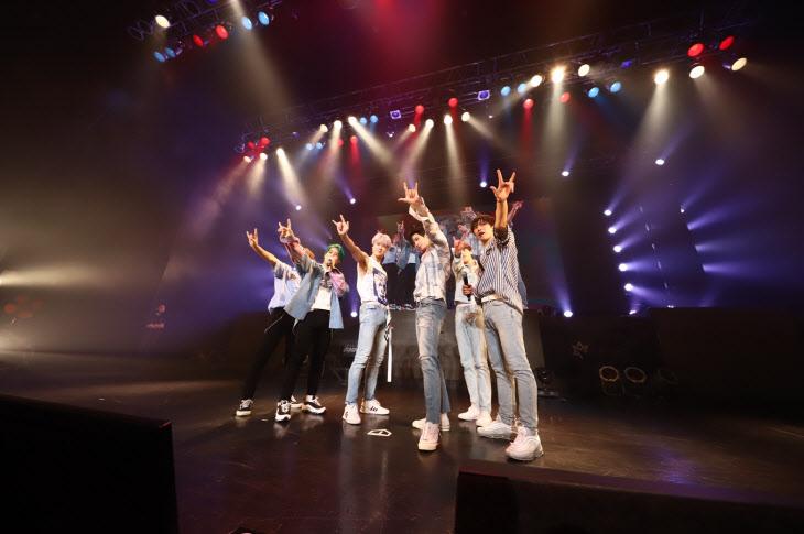 사진1_아스트로 두번째 일본 콘서트 단체 스탠딩