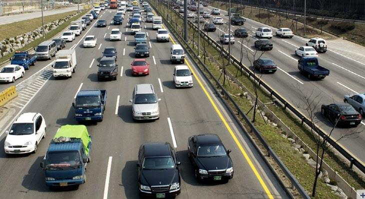 고속도로 오가는 차량모습