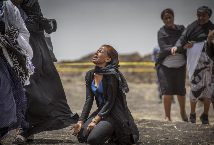 오열하는 에티오피아 여객기 추락