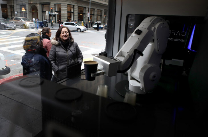 US-IN-A-SAN-FRANCISCO-COFFEE-BAR,-A-ROBOT-IS-THE-BARISTA