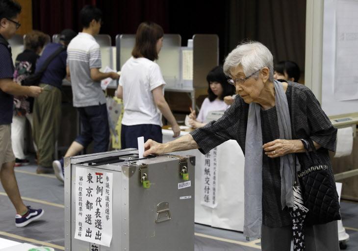 일본 참의원 선거 투표하는 유권자