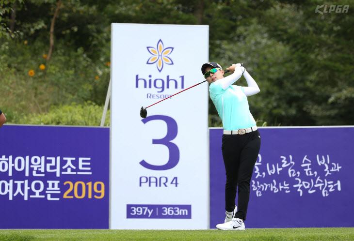 김효주 3번홀 티샷 날리고 있다