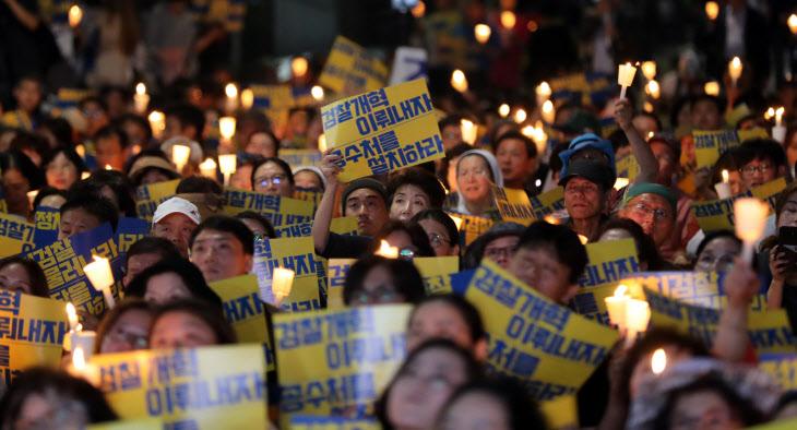 검찰청 앞에서 열린 촛불 문화제<YONHAP NO-3185>