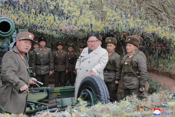 북한 김정은 위원장, 창린도 방어대 시찰<YONHAP NO-1072>