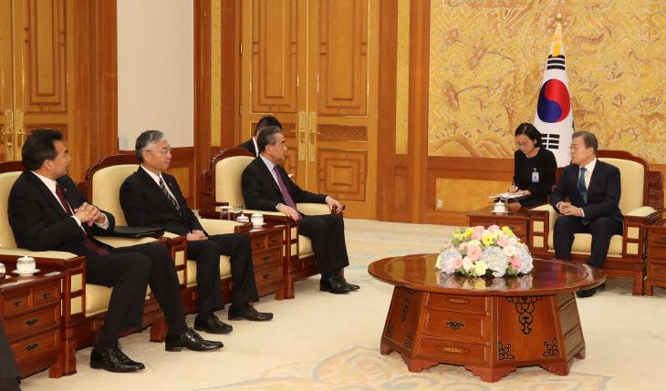 문 대통령, 왕이 중국 외교부장 접견