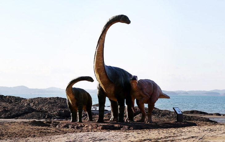 보령 해변에 세워진 공룡조형물<YONHAP NO-3500>