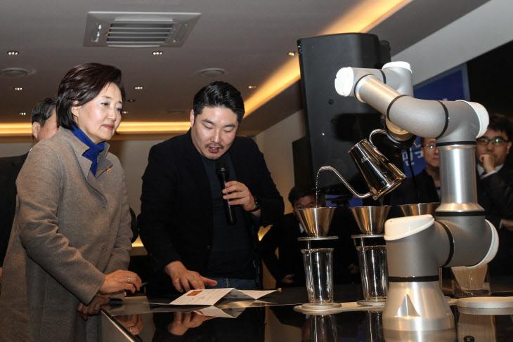 [B포토]로봇바리스타 관람하는 박영선 장관