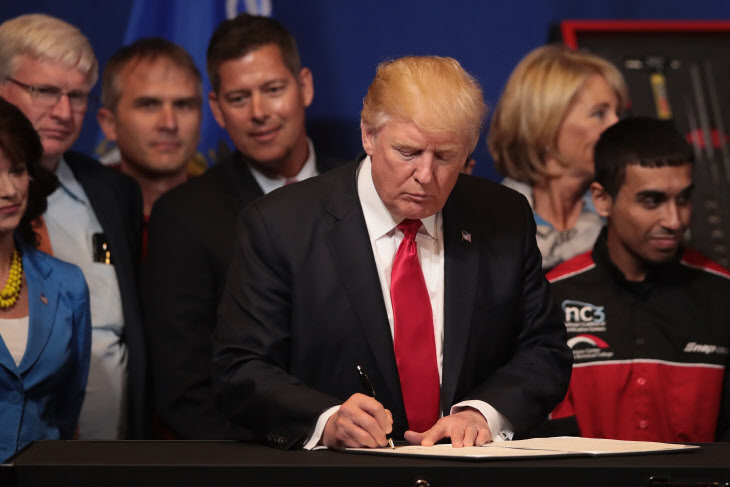 US-PRESIDENT-TRUMP-VISITS-SNAP-ON-TOOLS-IN