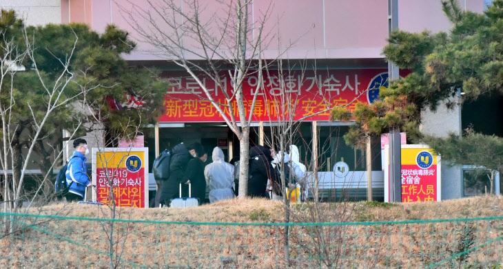 격리 기숙사 들어가는 중국인 유학생<YONHAP NO-4325>