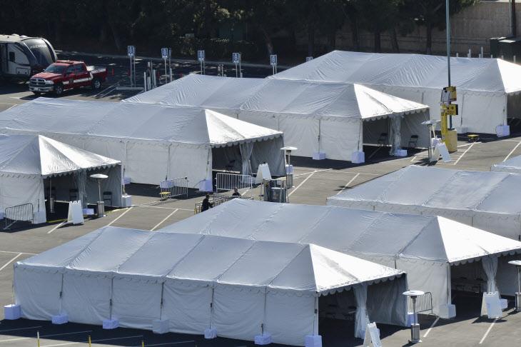 미 캘리포니아 디즈니랜드에 설치된 백신 접종 텐트