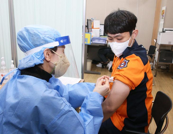 코로나19 백신 접종받는 119구급대원<YONHAP NO-3792>